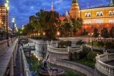 Александровский сад: исторический центр Тверского района Москвы